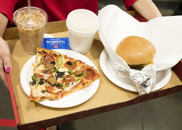 段ボールトレイにのった、コストコフードコートのピザやハンバーガー。
