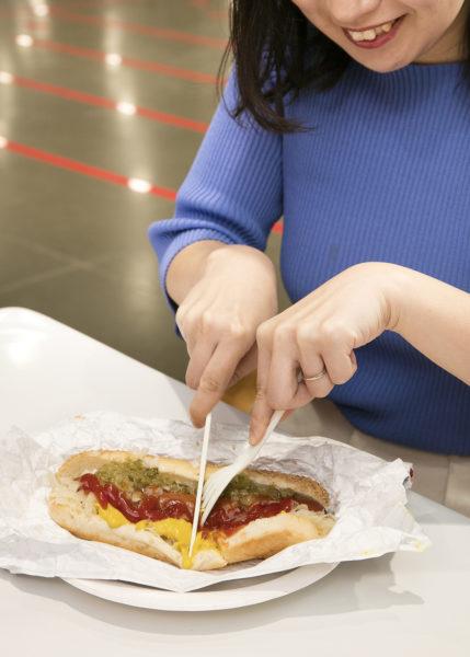 トッピングエリアにあるフォークとナイフは、大きなホットドックを切るのにも便利。
