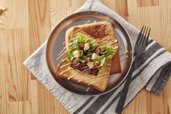食パンアレンジアイデア「トースト丸ごとサラダボウル」