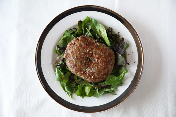 コストコの簡単ハンバーグの盛り付けのポイント2:丸くラインが入った皿を使用
