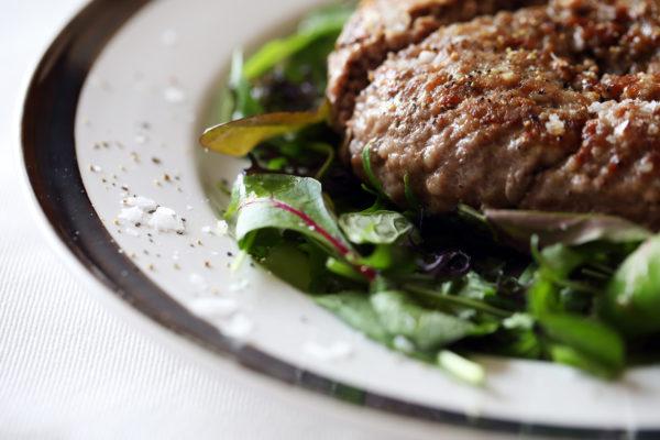 コストコの簡単ハンバーグの盛り付けのポイント4:岩塩とオリーブオイルをぱらっとかけて