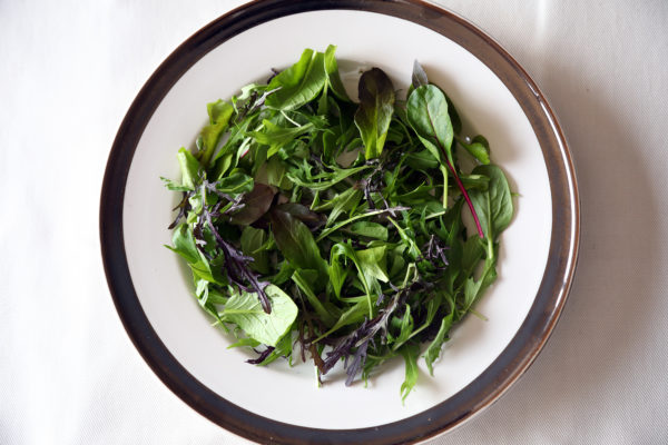 コストコの簡単ハンバーグの盛り付けのポイント1:野菜を敷いて高さを出して豪華に!