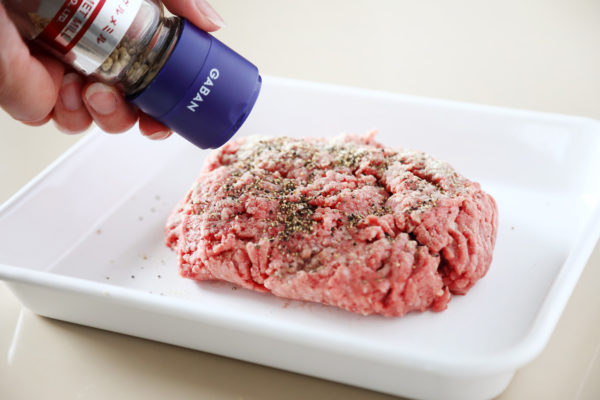コストコ合挽肉の冷凍のコツ。塩コショウをかけて臭みを取る