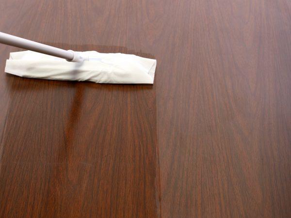 ワックスがついているのでひと拭きで床にツヤを出してくれる。