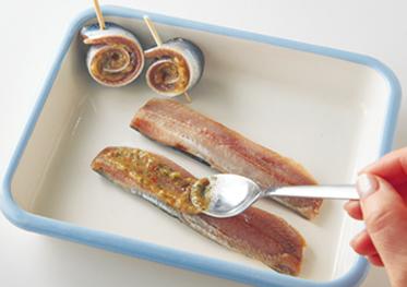3種のチューブ入り調味料をイワシの内側に塗る
