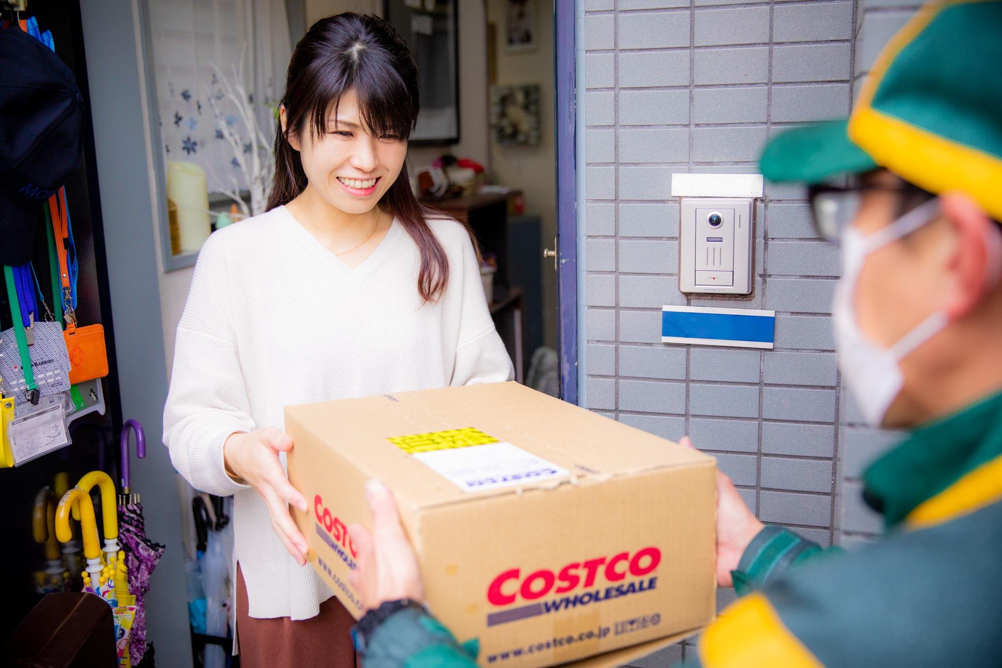コストコオンラインで注文した商品を宅配業者から玄関先で受け取るようす